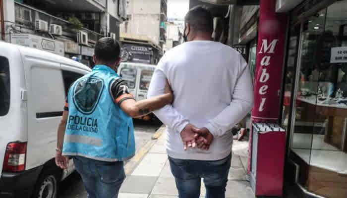 La Policía de la Ciudad detuvo a un hombre que llevaba 35 mil dólares sin poder justificar