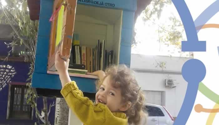 """""""Llevate un libro y dejá otro"""", una movida que crece en el barrio a pesar de la pandemia"""